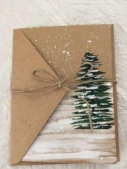 Carpeta recicladas, decorada con un dibujo de pino y nieve