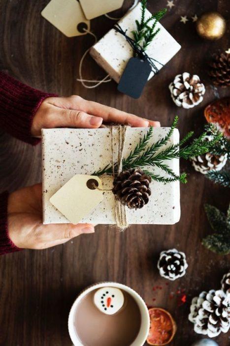 Caja de cartón decorada con una piña y laso