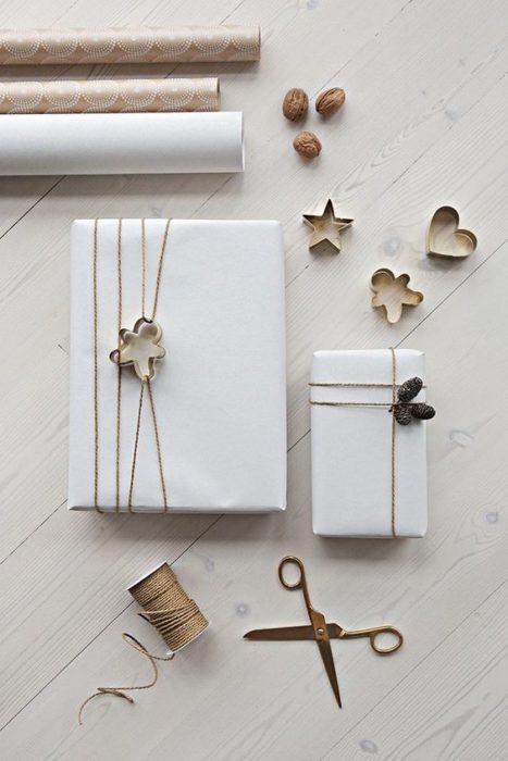 Cajas forradas con papel para tortillas en tono blanco con laso café