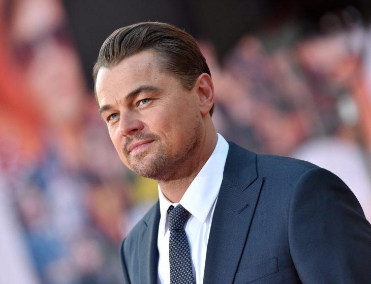 Famosos que decidieron no ser padres; Leonardo DiCaprio con traje azul
