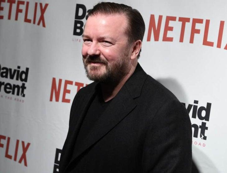 Famosos que decidieron no ser padres; Ricky Gervais con traje negro