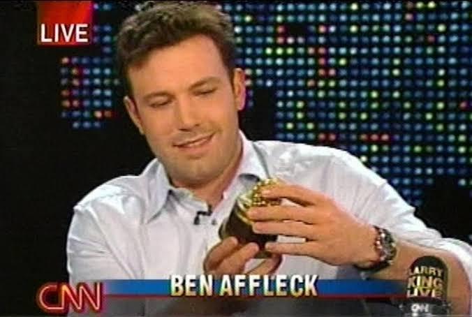 Ben Affleck recogiendo su estatuilla a lo peor del cine. Premios Razzie