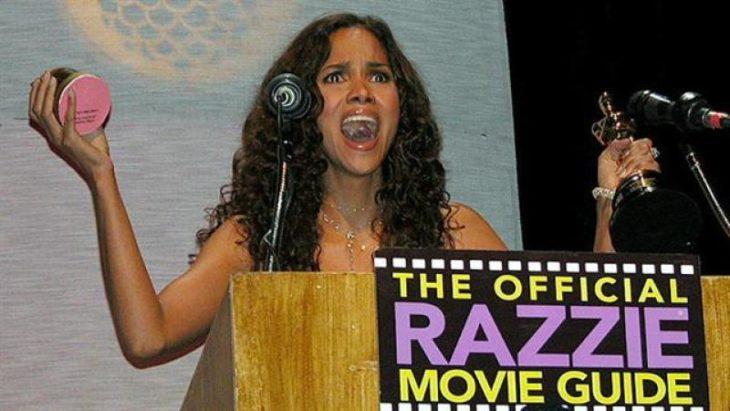 Halle Berry recogiendo su estatuilla a lo peor del cine, Premios Razzie.