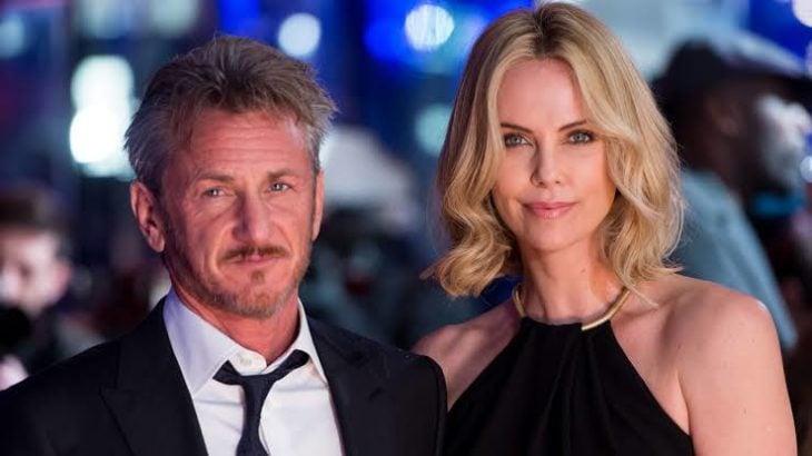 Charlize Theron y Sean Penn en la alfombra roja de los premios óscar