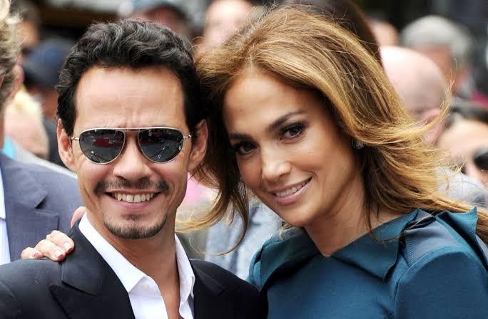 Jennifer Lopez y Marc Anthony abrazados en una alfombra roja de premios