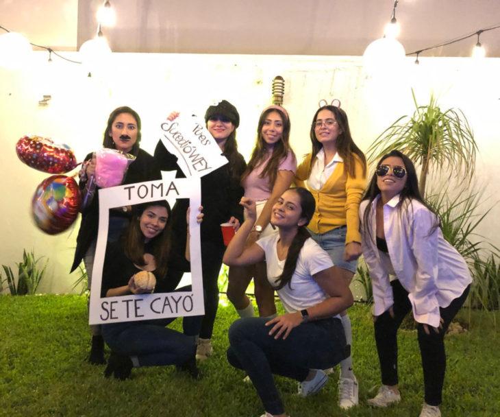 Chica celebra fiesta de cumpleaños con temática de memes y stickers;