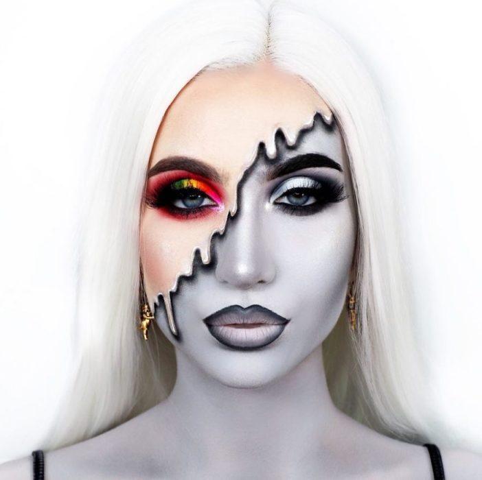 Chica con el rostro maquillado en blanco y negro y una parte en colores