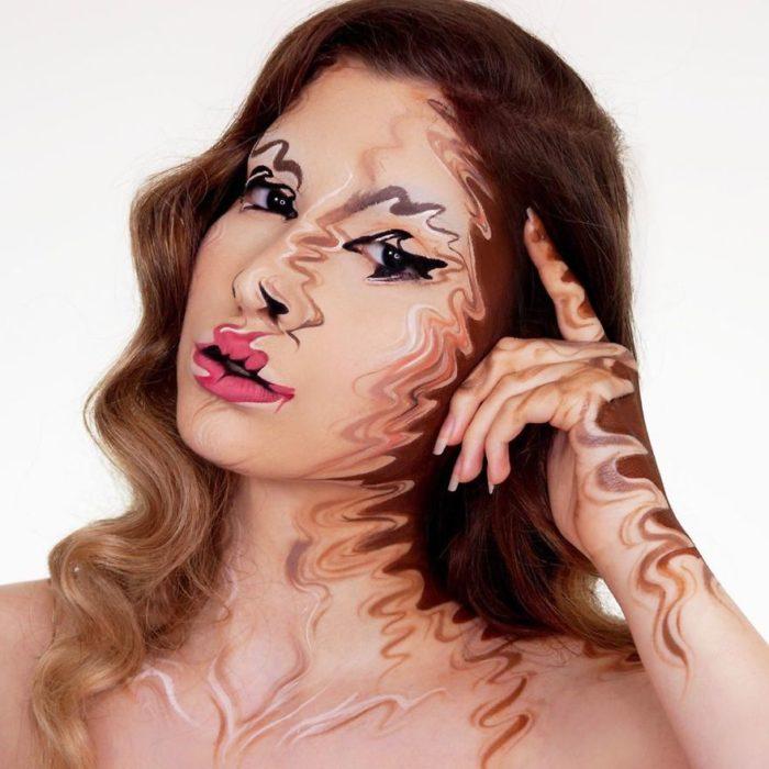 Chica con un maquillaje que le hace tener un efecto borroso