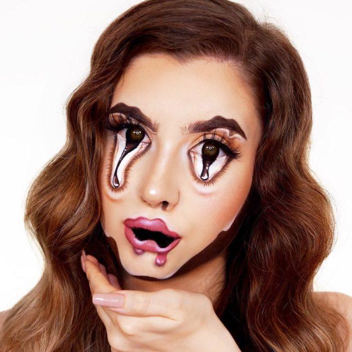 Chica con maquillaje que le da el efecto que tiene el rostro derretido