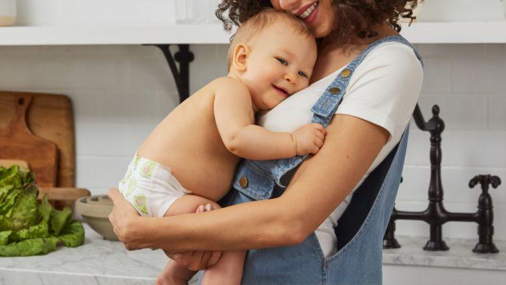 Mujer joven cargando a un bebé recién nacido