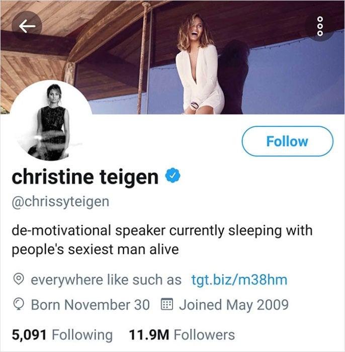 Chrissy teigen comentando en Twitter el título de su esposo