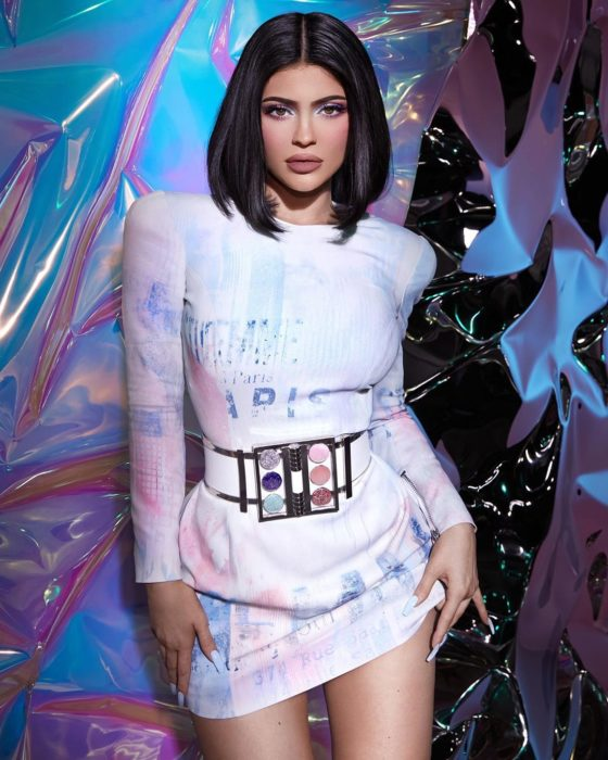 Kylie Jenner posando con un cinturón de sombras para anunciar sus productos