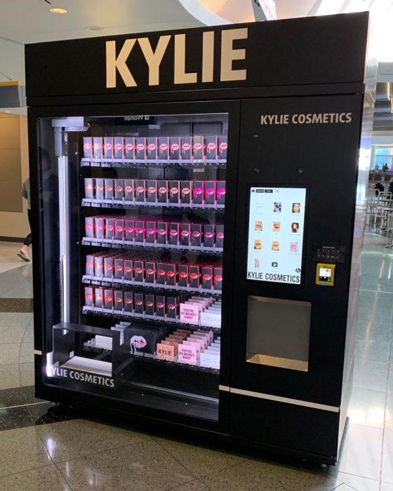 Maquina que vende los productos de Kylie Jenner en los centros comerciales