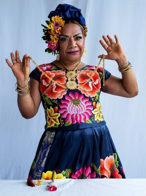 Muxe mexicana modelando para la portada de Vogue