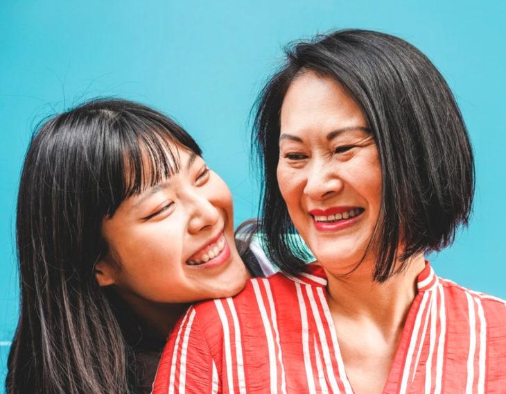 Mamá e hija sonriendo