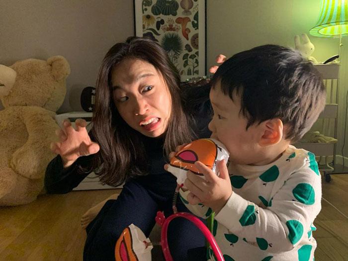 Mamá junto a su hijo mientras le está dando de comer