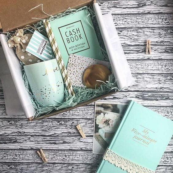 Caja de regalo rellena con tazas y agendas en color menta