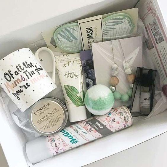Caja de regalo rellena con una taza y cremas faciales para el cuidado de la piel