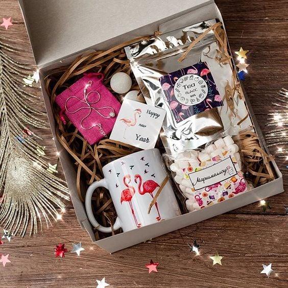 Caja de regalos rellena coon agenda, taza y bombones de flamingo