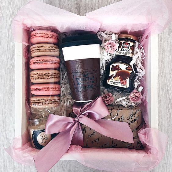 Caja de regalo rellena con un termo y galletas blandas