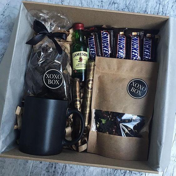 Caja de regalo con una taza y chocolates dentro