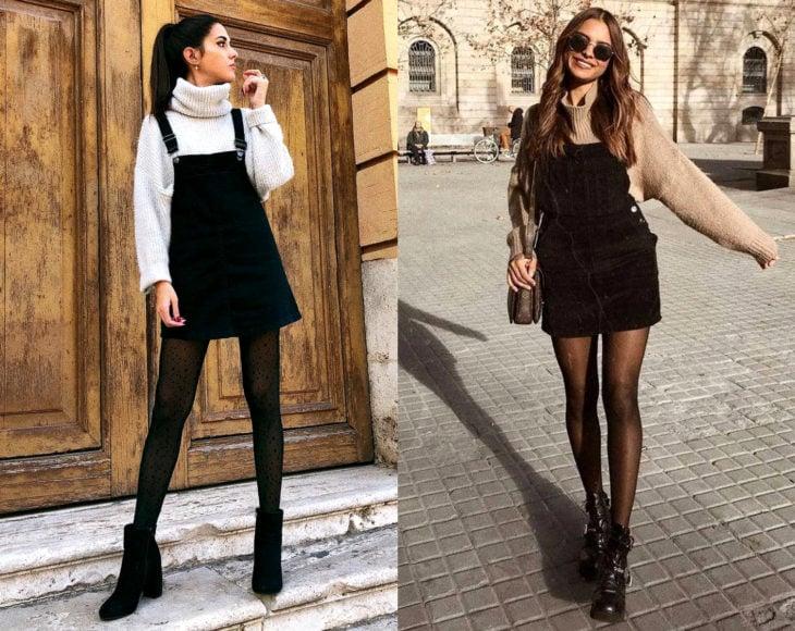 Cómo usar medias con tu atuendo de oficina; chicas con vestido de overol negro y suéter debajo, con pantimedias negras con estampado de puntos y botines