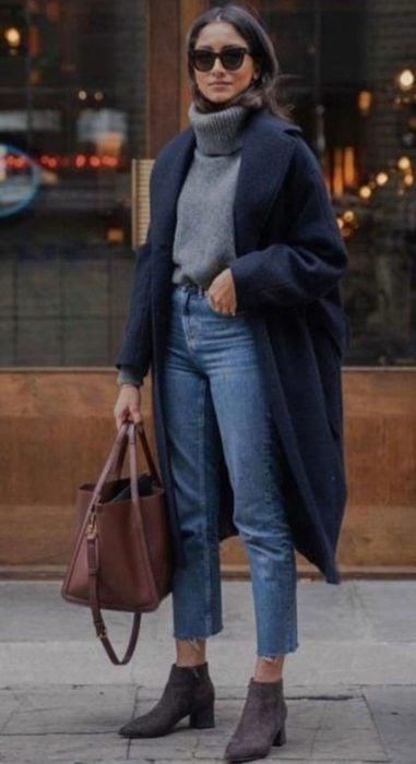 Chica usando un atuendo de color azul con saco y botas del mismo color
