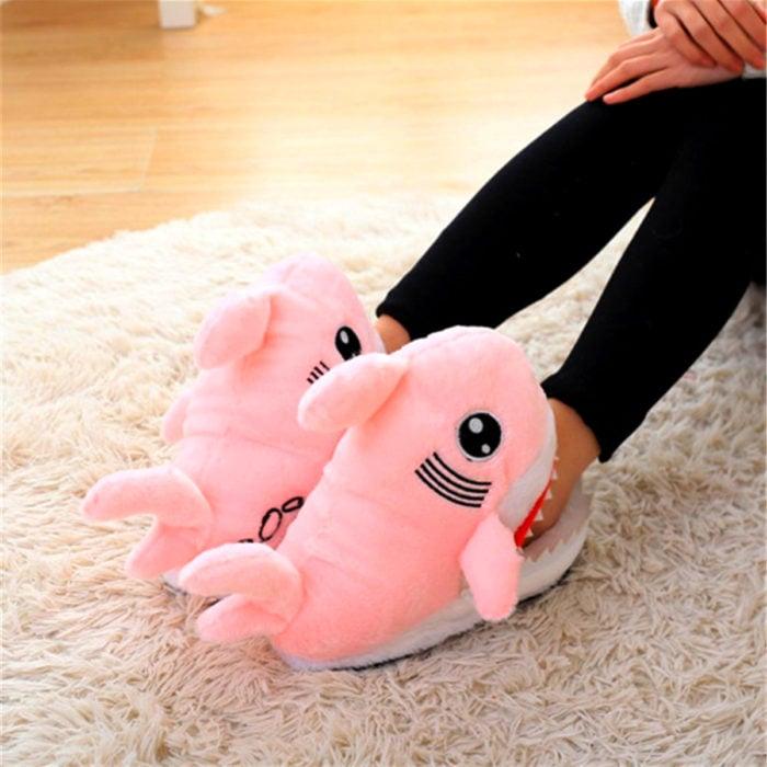 Bonitas pantuflas kawaii; tiburón rosa