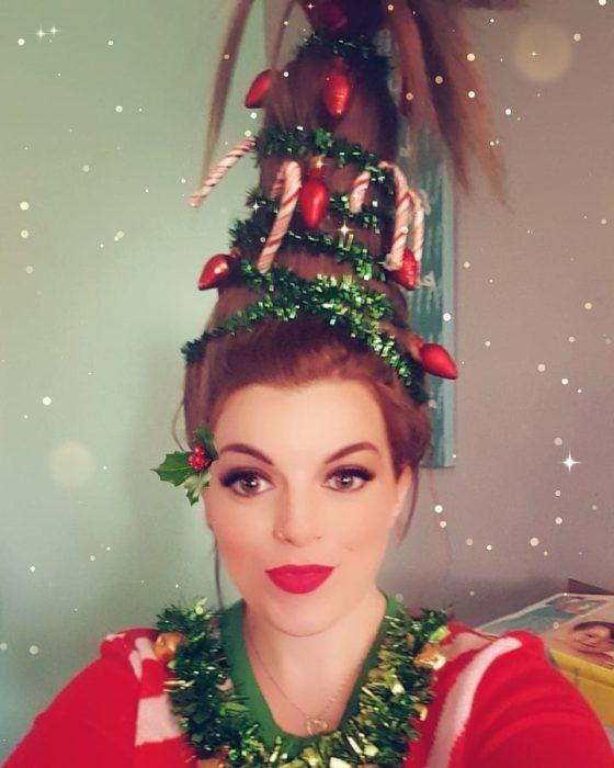 Chica con peinado alto, escarcha verde y caramelos falsos
