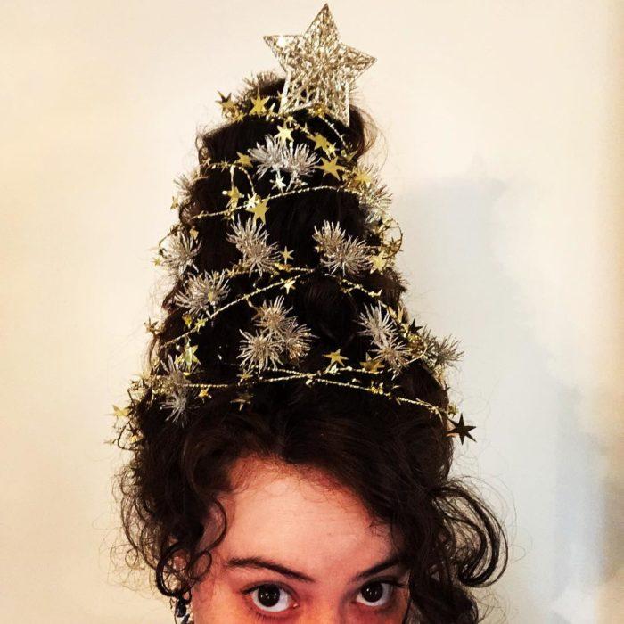 Chica llevando un peinado alto decorado con escarcha dorada