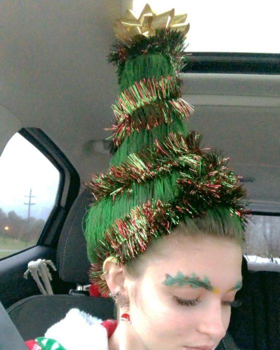 Chica con peinado en forma de pino navideño con escarcha de colores como decoración