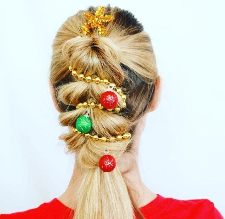 Chica con coleta decorada con escarcha dorada
