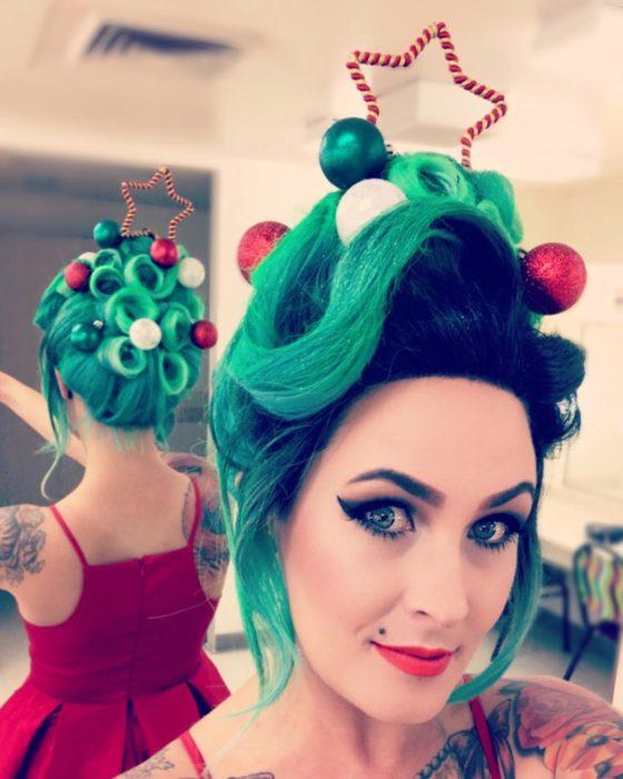 Chica con peinado recogido decorado con esferas y estrella de limpia pipas