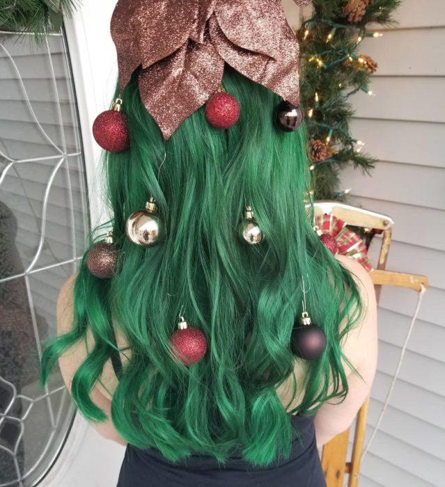 Chica llevando peinado con cabello suelto y decorado con esferas en cobre y oro