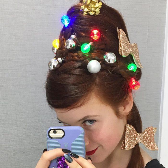 Chica llevando un chongo alto con luces led como decoración