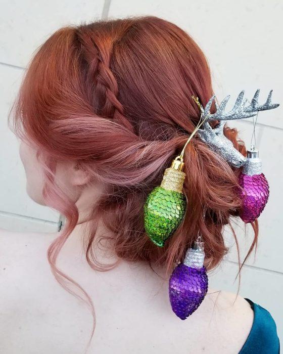 Chica llevando un peinado esferas de colores
