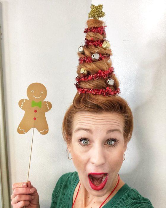 Chica con peinado alto en forma de árbol navideño decorado con cascabeles