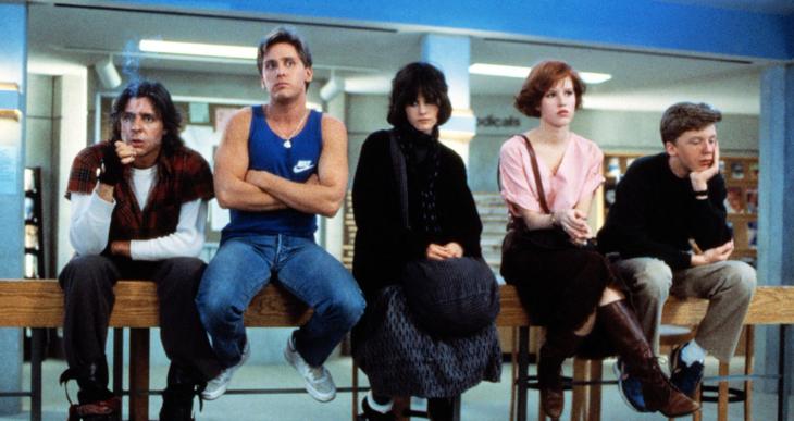 Escena de la película el club de los cinco. Amigos sentados sobre una barandilla