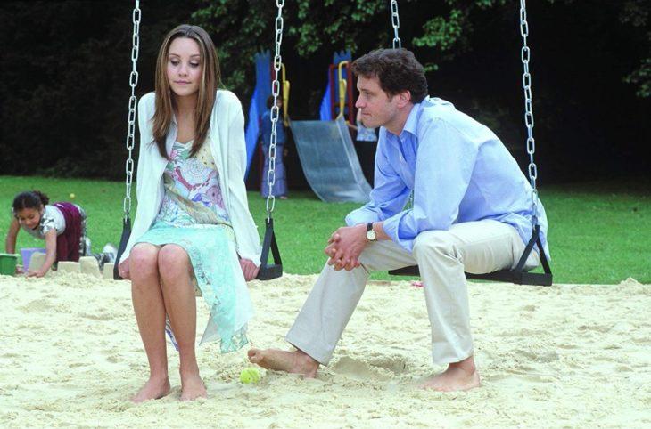 Escena de la película Lo que una chica quiere. Mujer sentada en un columpio mientras conversa con su padre