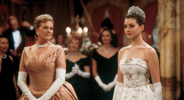 Escena de la película El diario de la princesa. Rina junto a Mia thermopolis en el baile de coronación