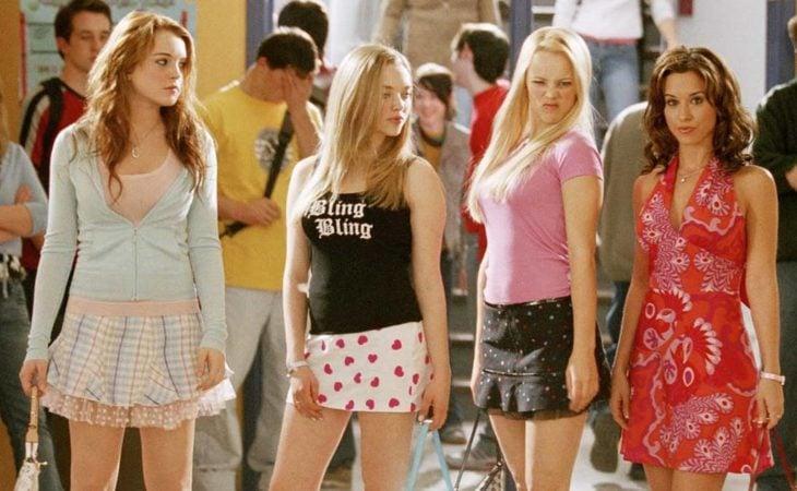 Escena de la película Chicas pesadas. Grupo de amigas caminando por los pasillos de la escuela