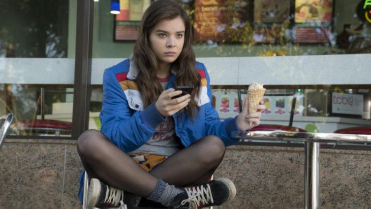 Escena de la película Mi vida a los 17. Chica sentada frente a una heladería comiendo un cono