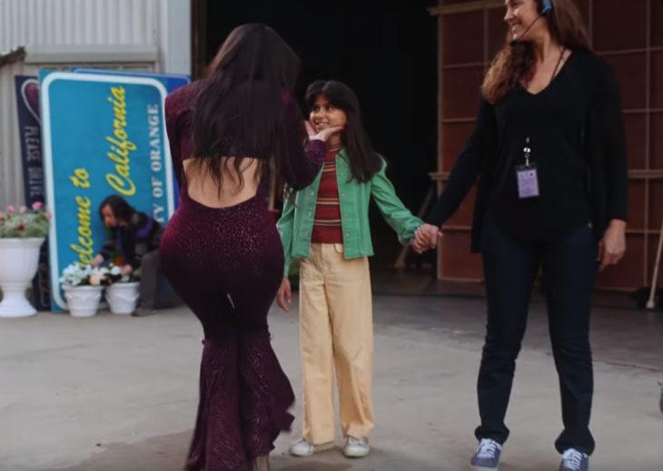 Christian Serratos saludando a Taylor Baez como la pequeña Selena