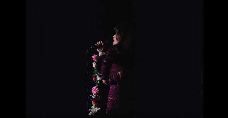 Escena de la serie de Selena en donde canta Como La Flor