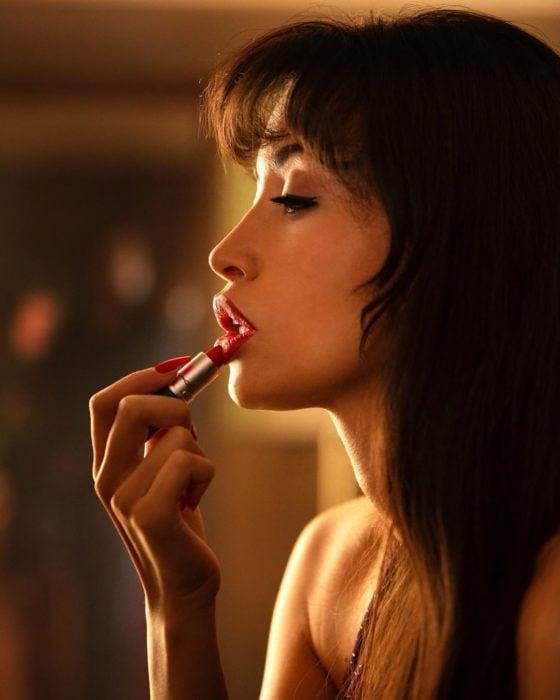 Christian Serratos caracterizada como Selena en la serie de Netflix