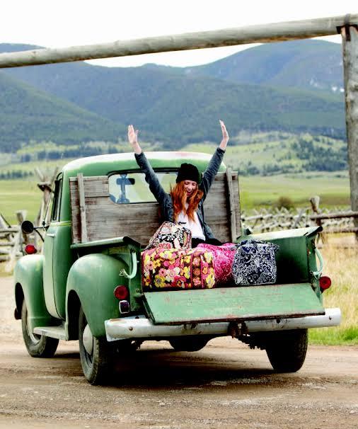 Chica viajando en camioneta sola