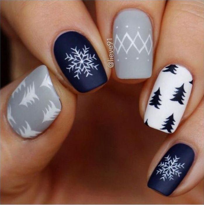 Manicura en escala de gris y azul con detalles navideños