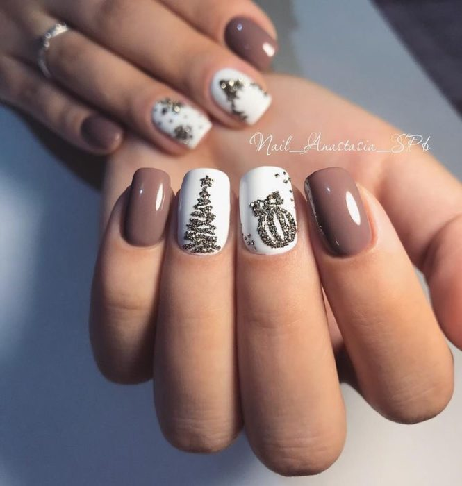 Uñasen tono malva con detalles de esferas y pinos navideños en dorado