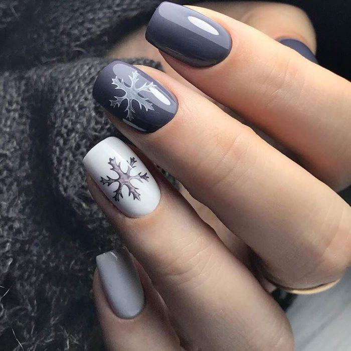 Manicura en escala de grises con copos de nieve como decoración