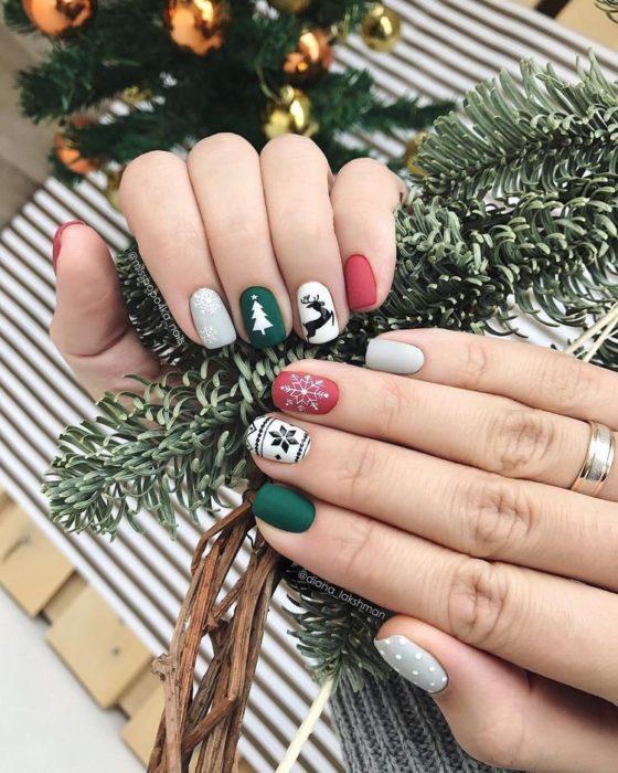 Manicura en colores verdes y grises con detalles navideños
